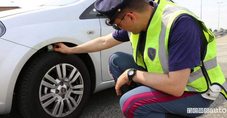 Pneumatici auto, scattano i controlli della Polstrada