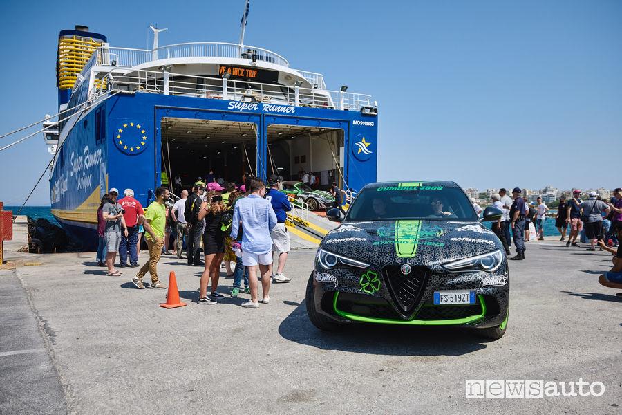 Alfa Romeo Stelvio Gumball 3000 scende dal traghetto