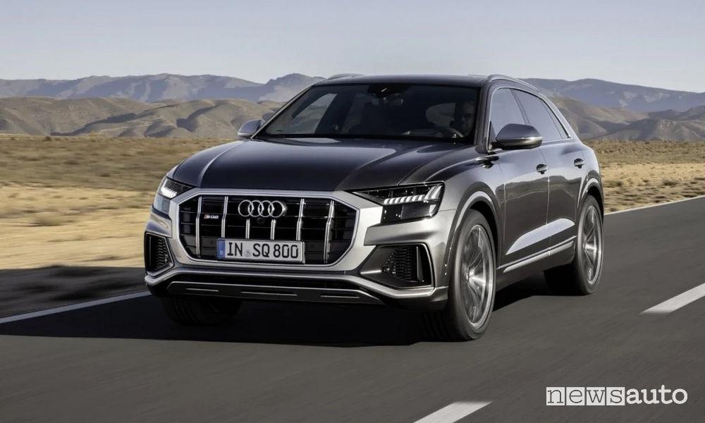 Audi SQ8 TDI vista di profilo in movimento