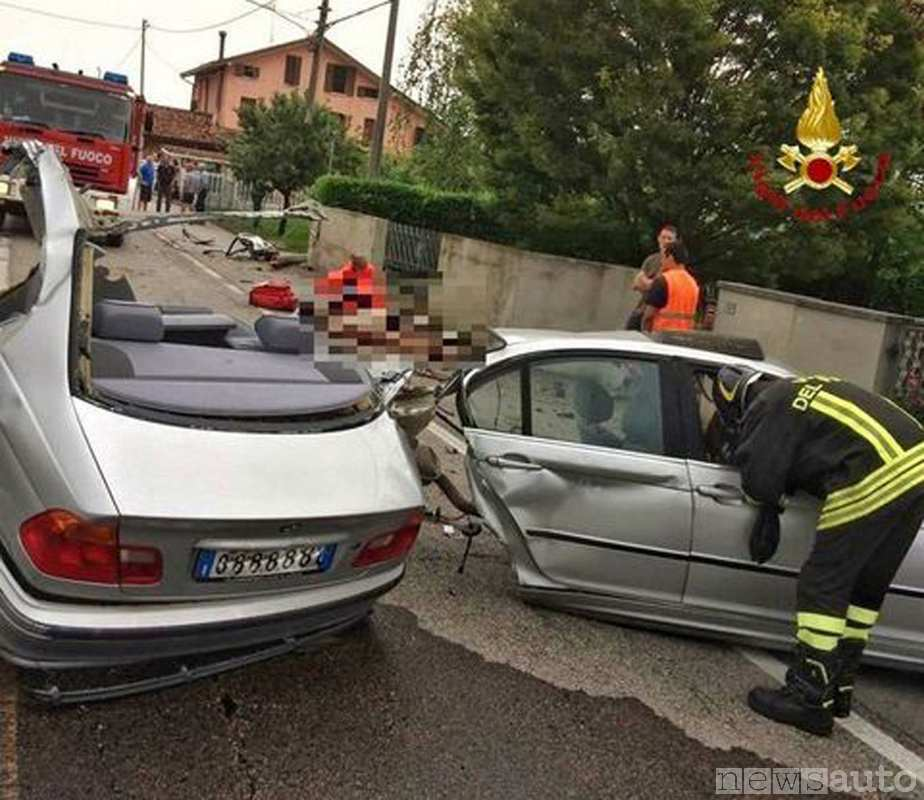 Incidente mortale con una BMW che si è spezzata in 2 parti