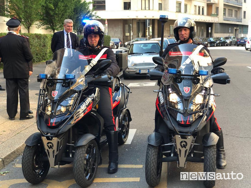 Carabinieri in sella allo scooter a 4 ruote Quadro Vehicles