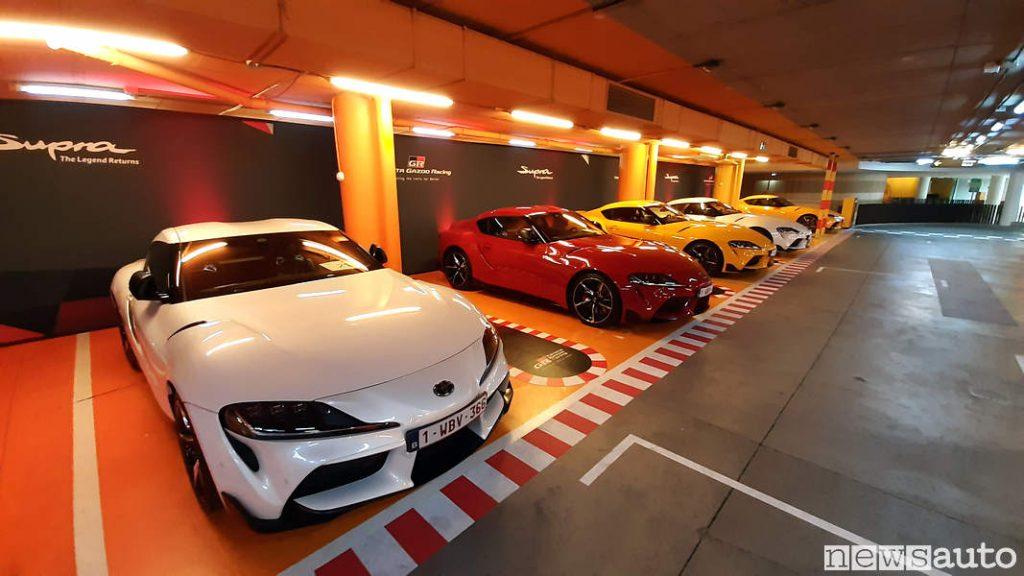 Garage con Toyota Supra bianca, rossa e gialla