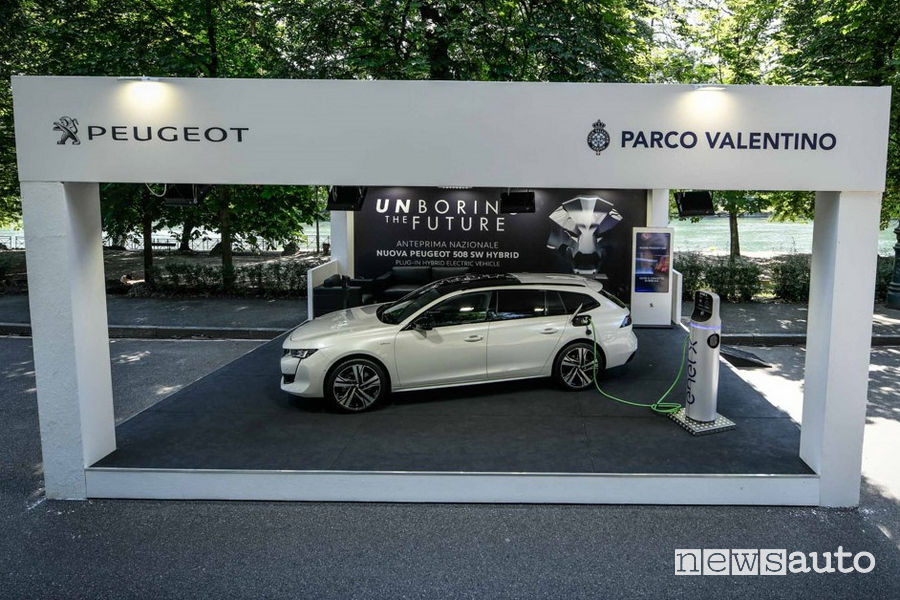 Peugeot 508 SW Hybrid con ricarica elettrica dalla colonnina