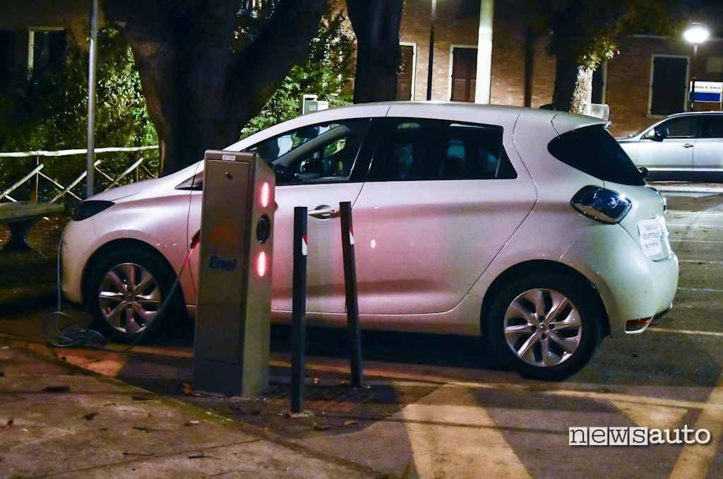 Renault Zoe carica elettrica alla colonina Enel di Perugia