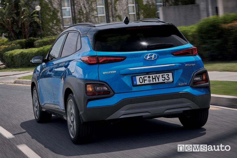 Hyundai Kona Hybrid vista posteriore in movimento