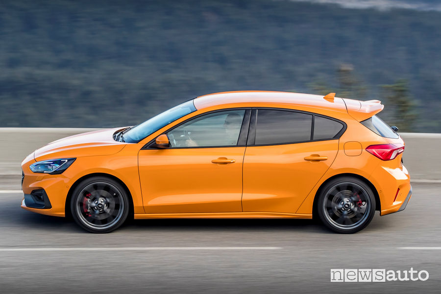 Ford Focus ST 2019 Orange vista laterale in movimento