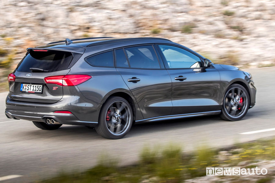 Ford Focus ST Station Wagon 2019 vista posteriore in movimento