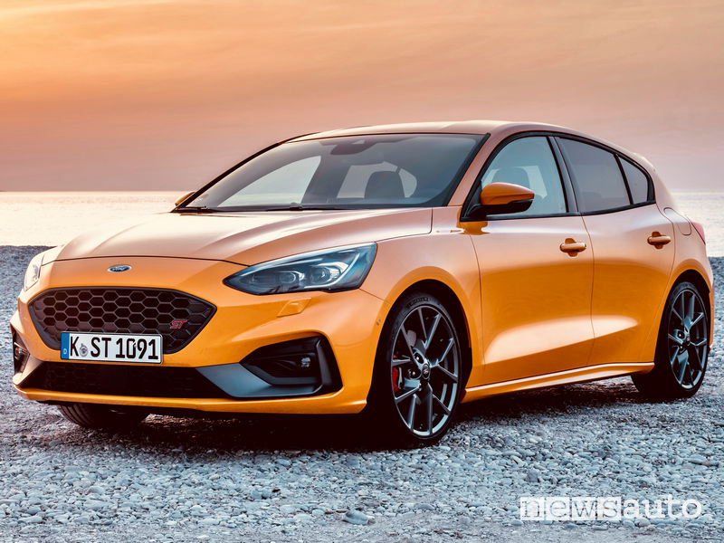 Ford Focus ST 2019 Orange vista di profilo