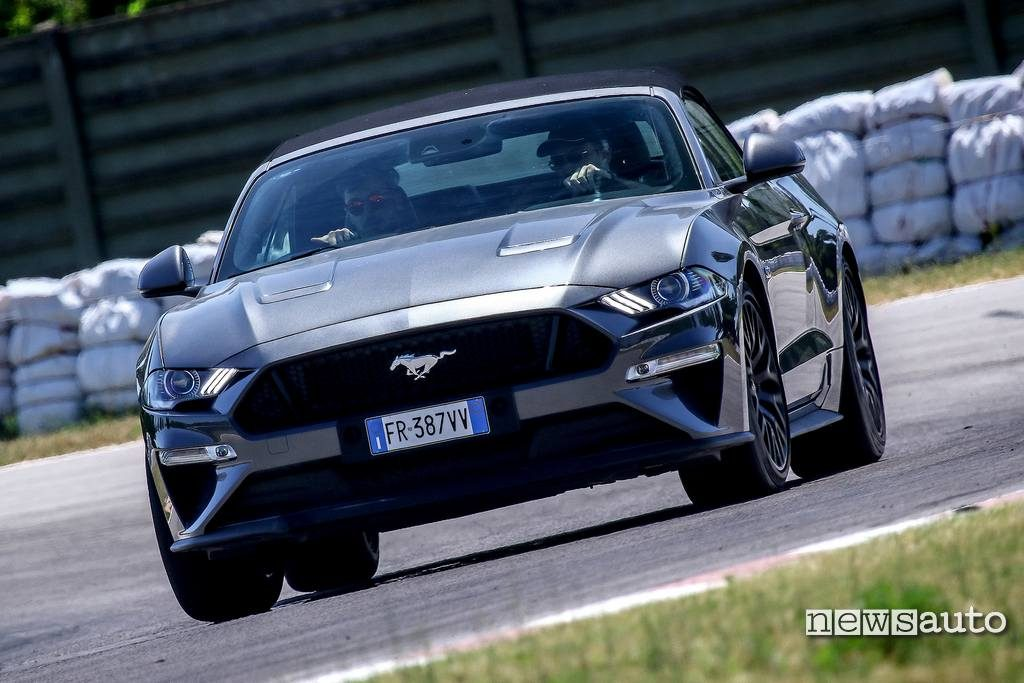 Vista frontale Ford Mustang Cabrio in curva a Magione Ford Performance Driving University