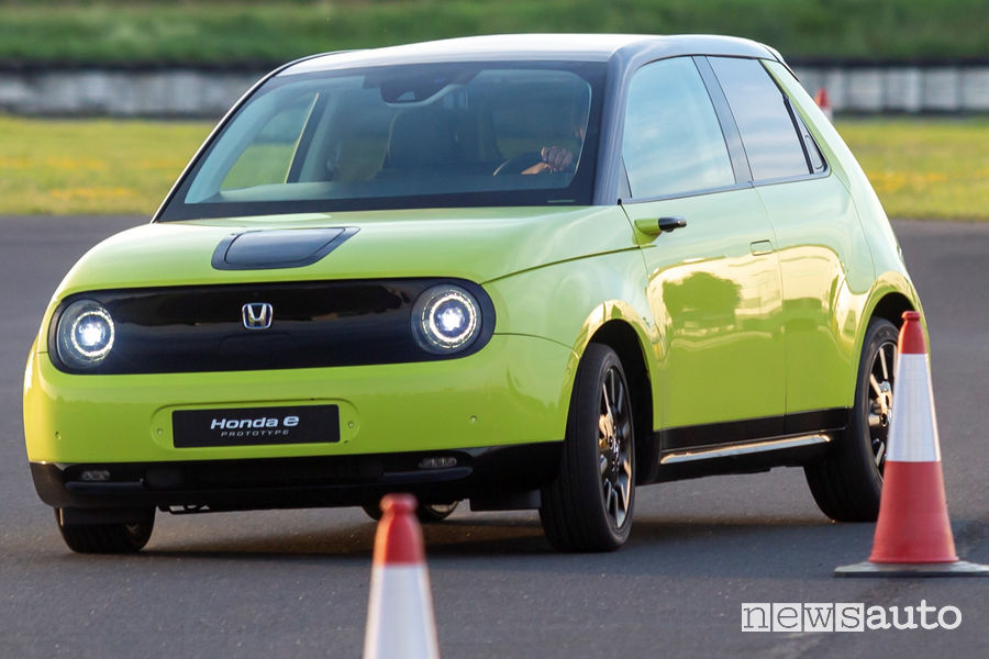 Honda e elettrica vista di profilo slalom fra i birilli in pista