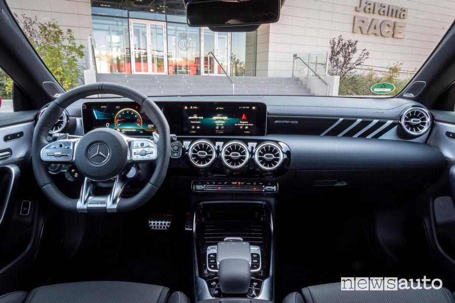 Mercedes-AMG CLA 45 S 4MATIC+ rossa plancia strumenti