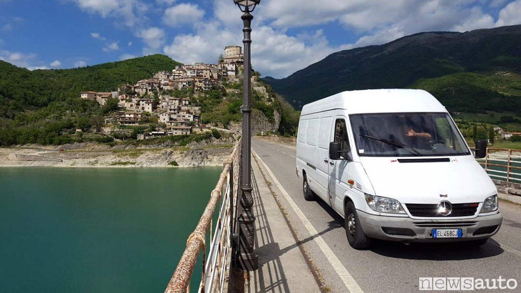 Castel di Tora con il il Mercedes Sprinter seconda serie sulla strada Turanense, ponte che attraversa il lago turano