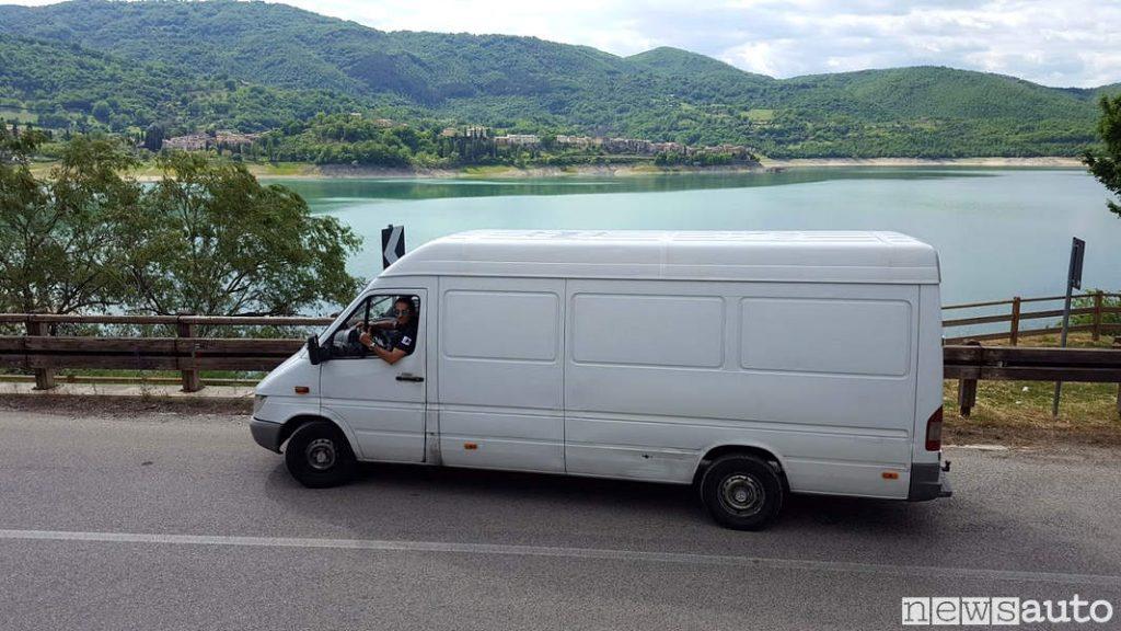 Al lago del Turano (visa Colle di Tora sullo sfondo )Mercedes Sprinter passo lungo che ha percorso 1 milione di km!