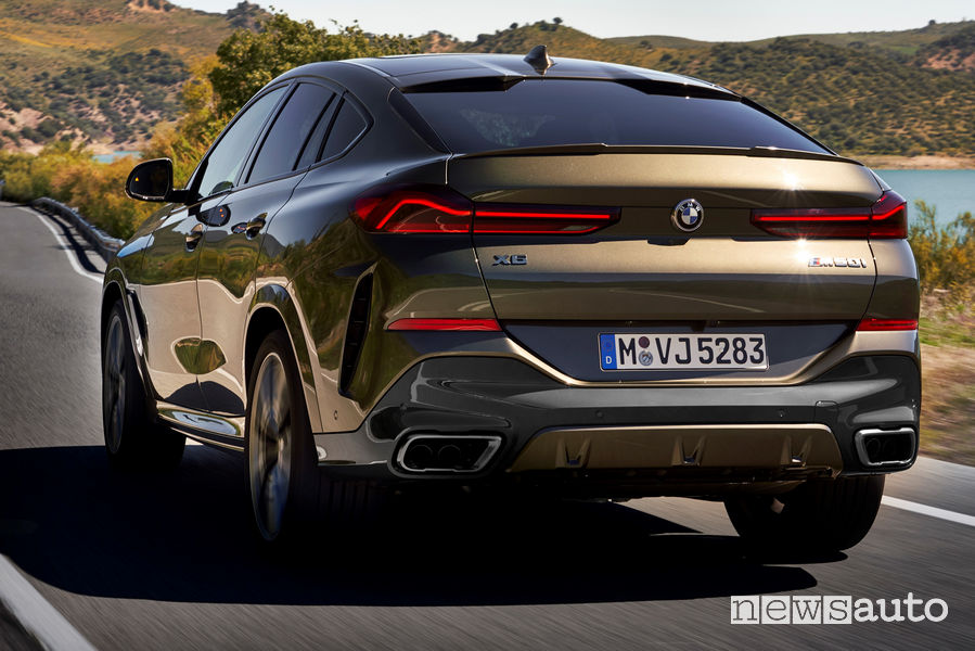 Nuova BMW X6 vista posteriore in movimento