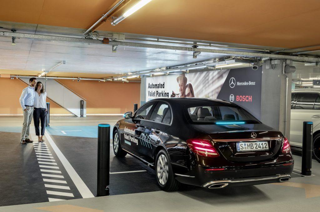 Parcheggio automatico di una Mercedes con infrastruttura Bosch