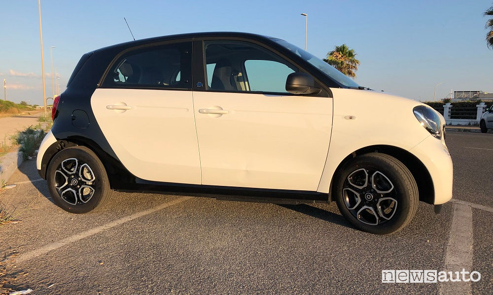 Smart EQ forfour bianca e nera vista laterale