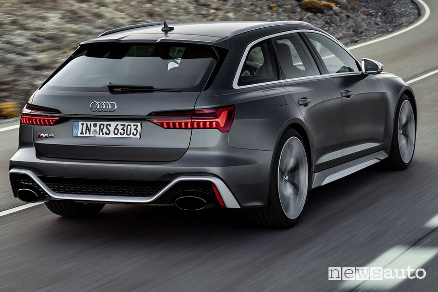 Audi RS6 Avant 2020 vista posteriore in movimento