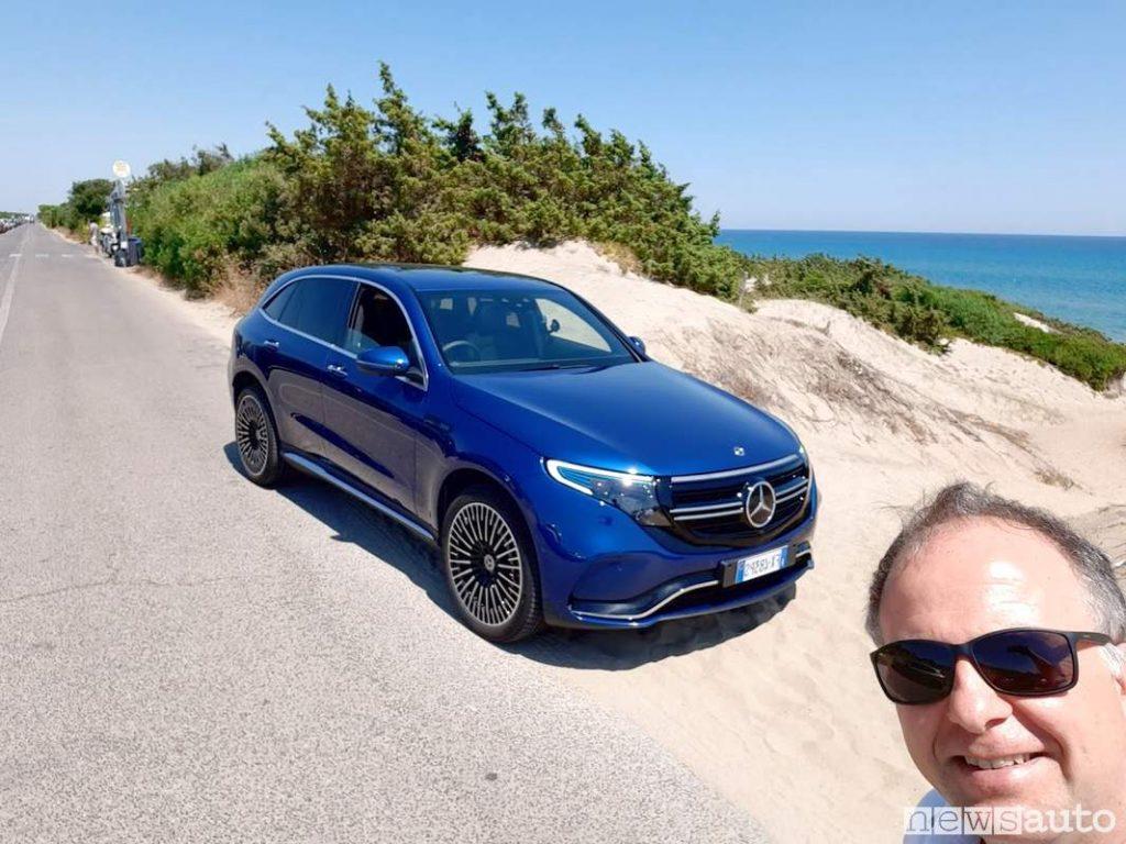 Mercedes EQC sul lungomare di Latina