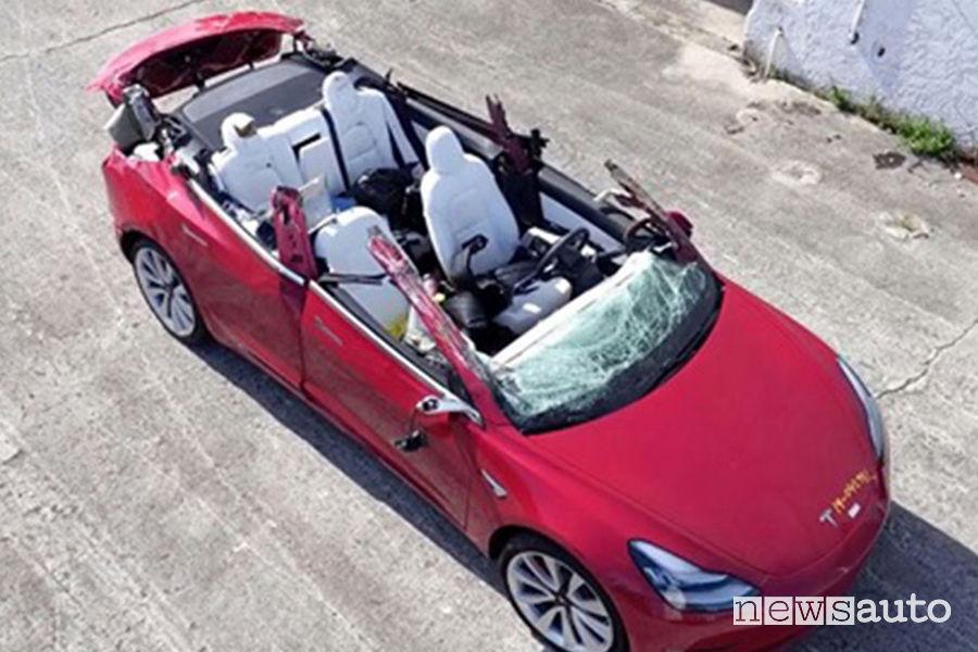 La Tesla Model3 a guida autonoma finita sotto un camion