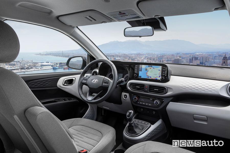 Abitacolo della nuova Hyundai i10 con plancia strumenti e cambio manuale