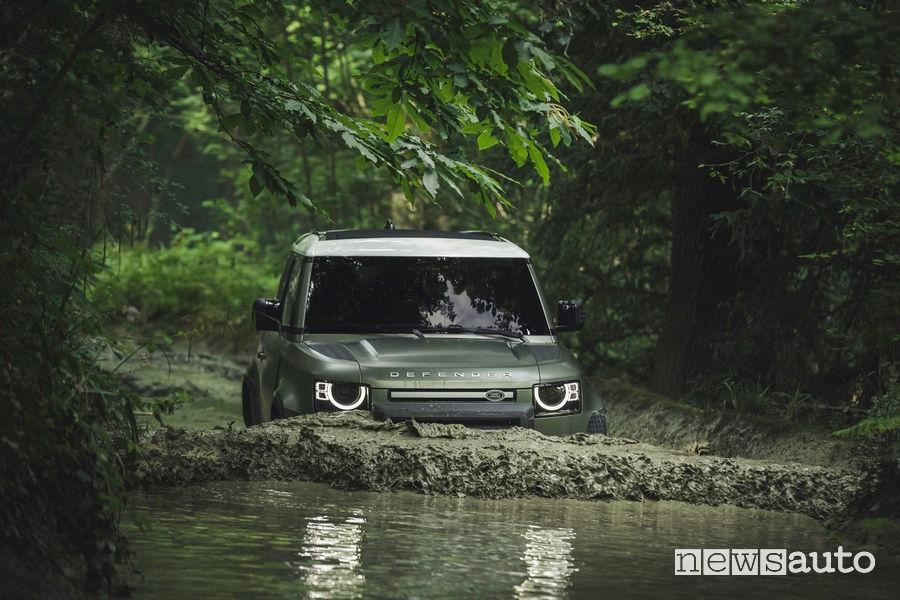 Guado in un fiume con il nuovo Land Rover Defender 2020