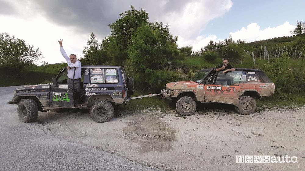 Azione di recupero deel team di Elaborare 4x4, il Toyota Land Cruiser KZj70 traina il Range Rover