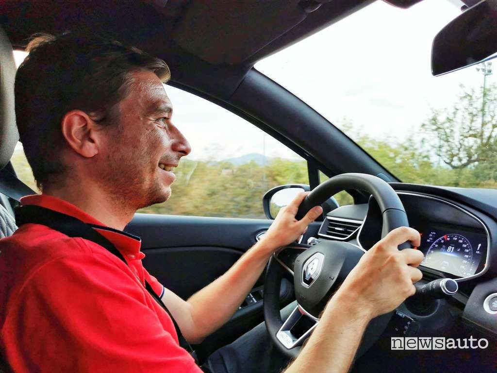 Marco Paternostro al posto di guida della Renault Clio 2020 durante la prova su strada