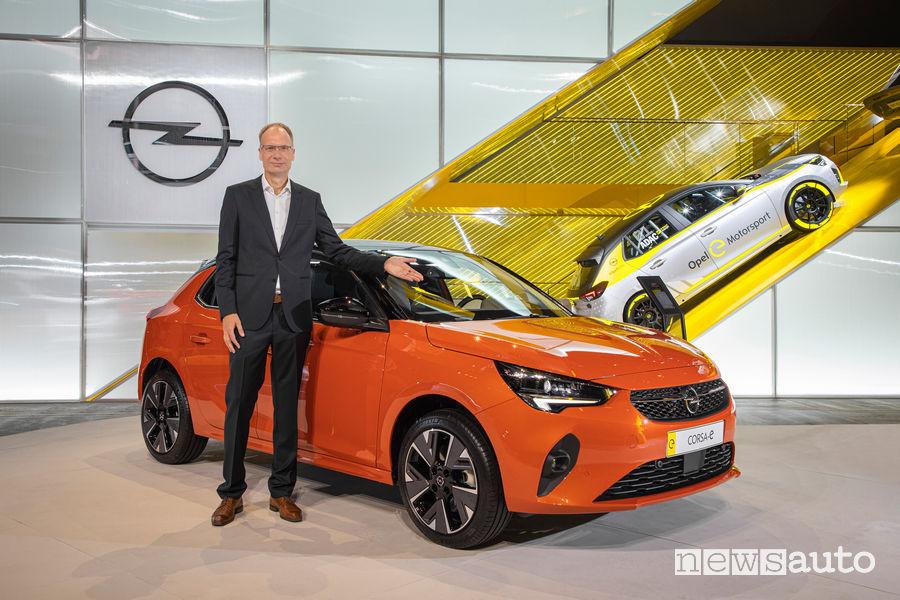 Salone di Francoforte 2019: Michael Lohscheller CEO Opel insieme alla Corsa-e