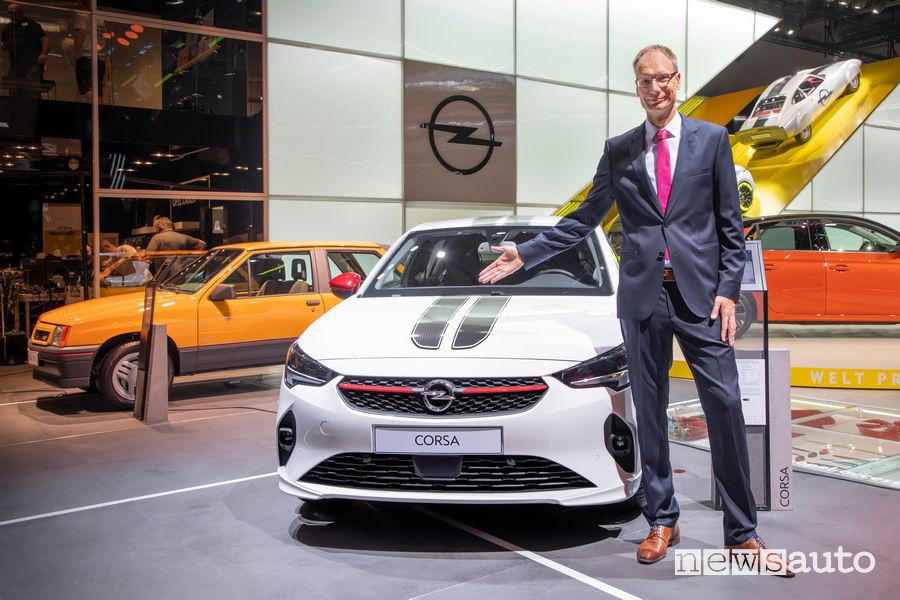 Salone di Francoforte 2019: Michael Lohscheller CEO Opel insieme alla Corsa