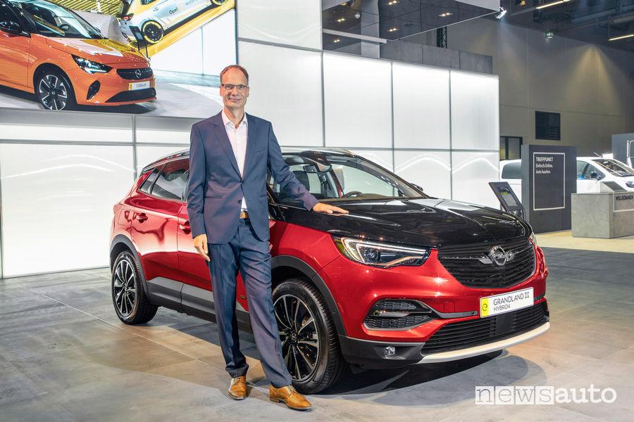 Michael Lohscheller CEO Opel insieme al Grandland X Hybrid4