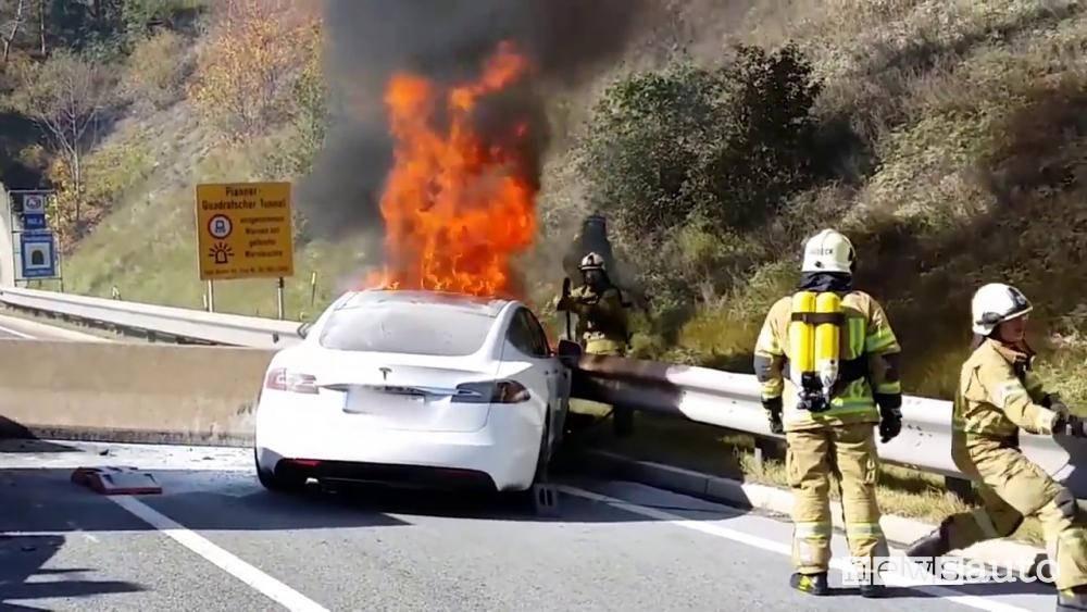 auto in fiamme tesla