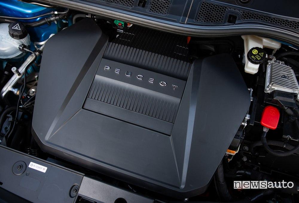Il motore elettrico della Peugeot e-208 si presenta come quello tradizionale all'interno del vano  motore