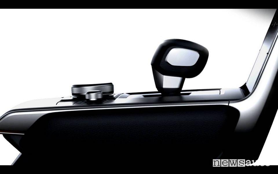 Interni Mazda MX-30 auto elettrica, particolare della leva del cambio sulla consolle centrale della MX-30, auto elettrica di Mazda