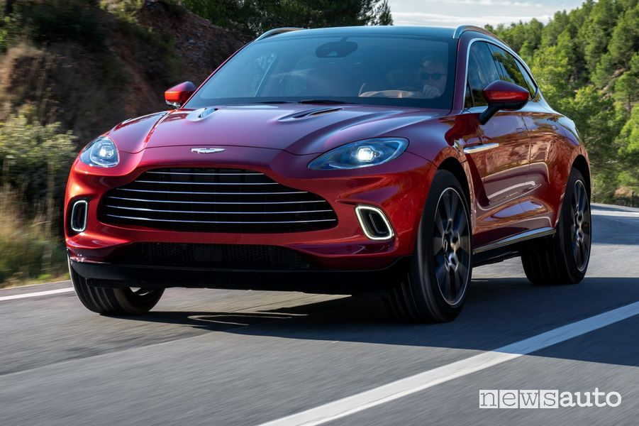 Vista anteriore in movimento Aston Martin DBX