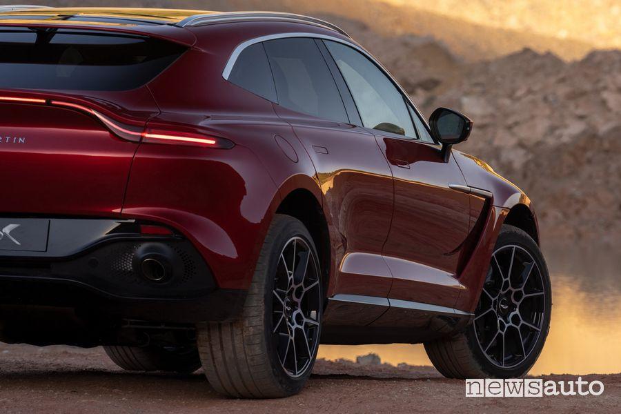 Fiancata laterale lato passeggero Aston Martin DBX