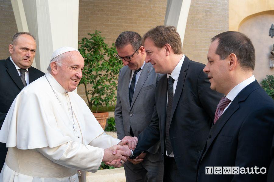 Xavier Martinet, Direttore Generale del Gruppo Renault Italia, stringe la mano a Papa Francesco