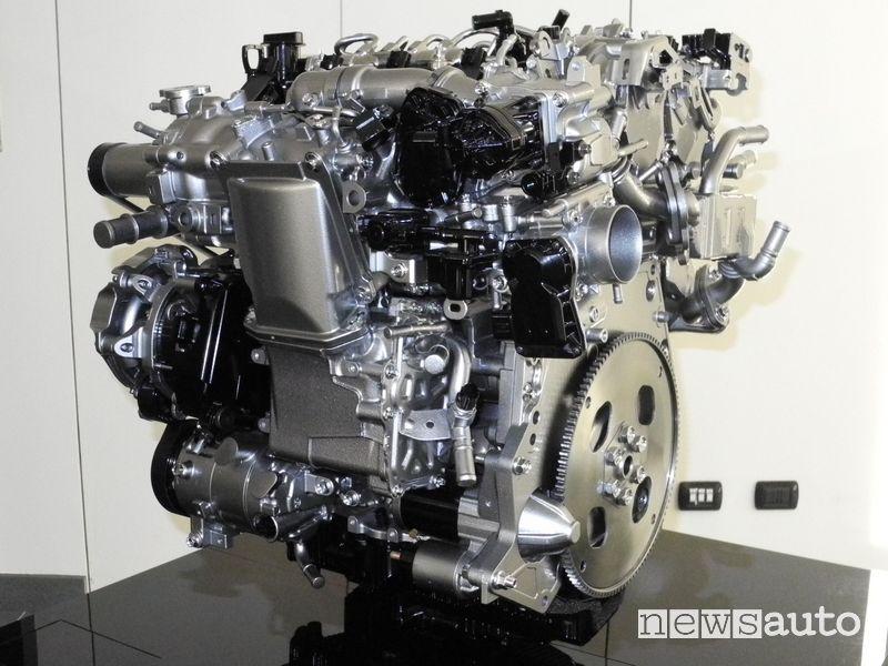 Motore benzina Mazda Skyactiv-X esposto durante il convegno del Politecnico di Milano