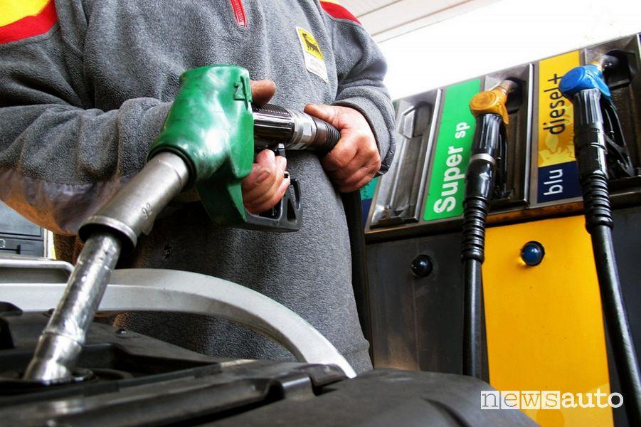 Prezzi carburanti in modalità servito benzina e diesel ai minimi