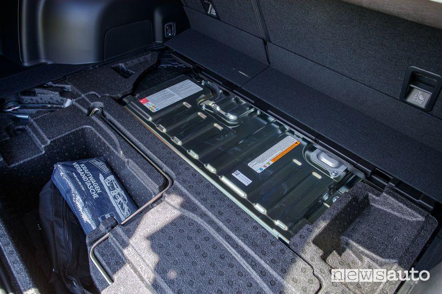 Batteria al litio posizionata nel bagagliaio della Subaru Forester e-BOXER