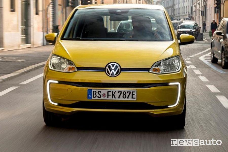 Vista frontale Volkswagen e-up! 2020 gialla
