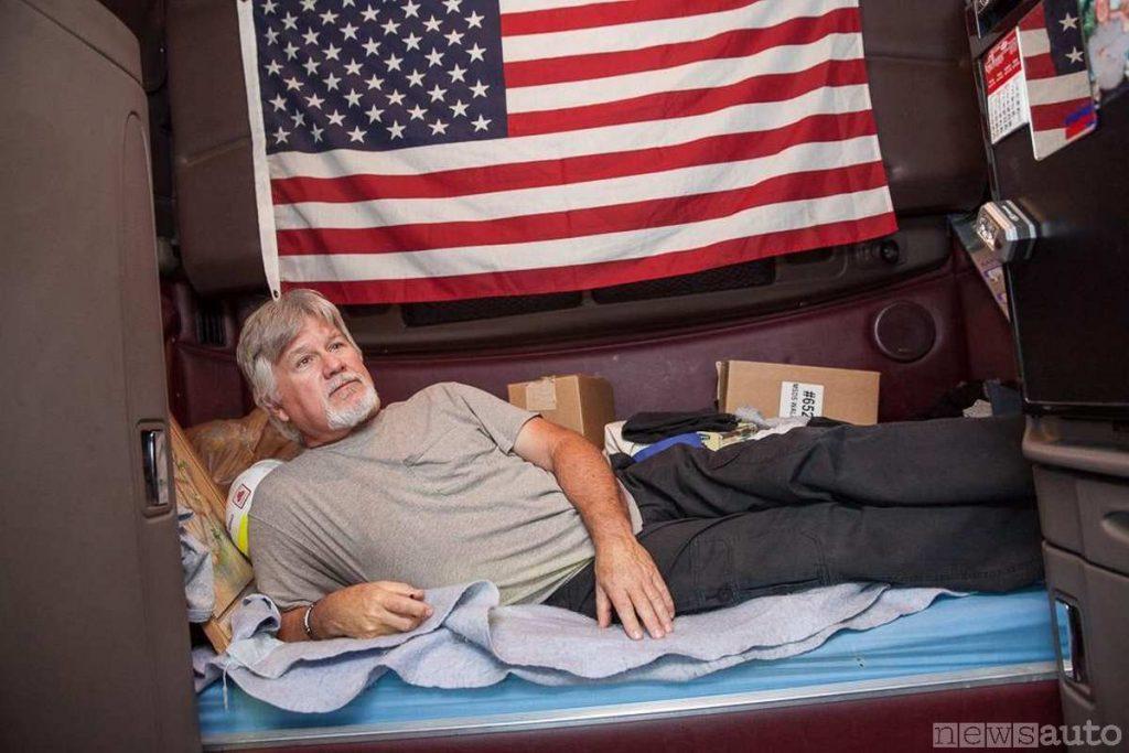 camionista americano, autista di mezzi pesanti che dorme in cabina