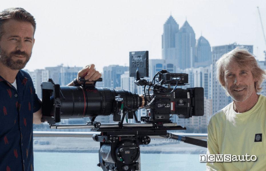 Film 6 Underground: il protagonista Ryan Reynolds ( a sx) e il regista Michael Bay ( a dx)