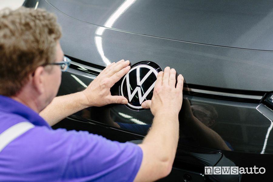Assemblaggio Logo Volkswagen sul frontale della ID.3 nel sito di Zwickau