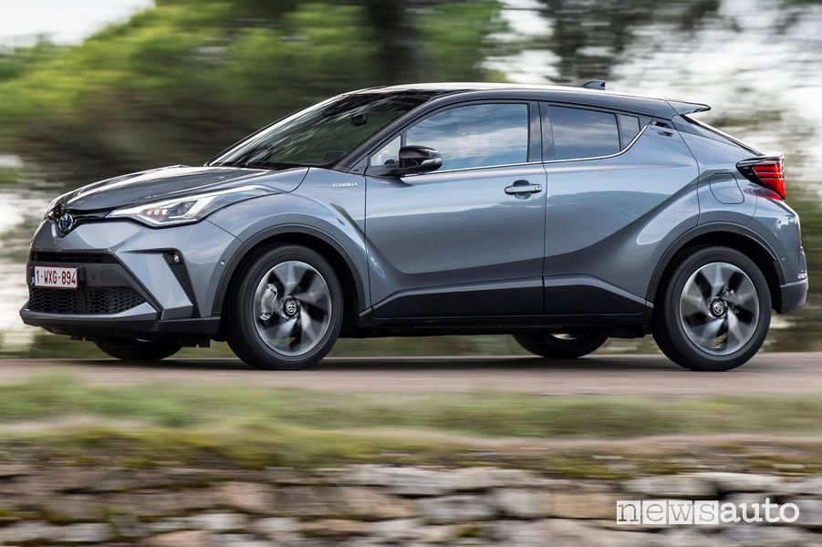 Vista di profilo in movimento Toyota C-HR 2020