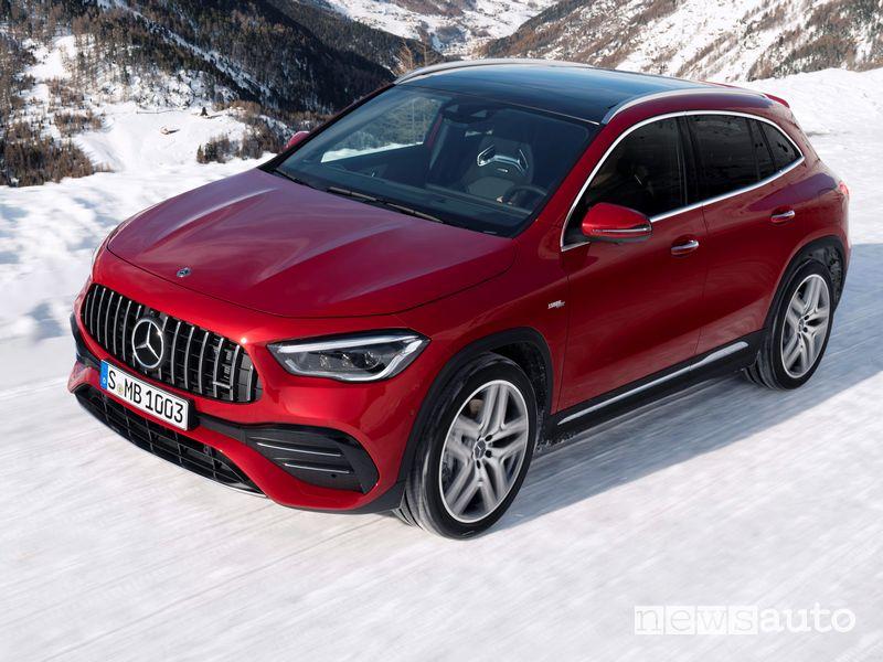 Vista di profilo Mercedes-AMG GLA 35 4MATIC sulla neve