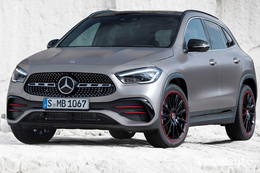 Vista di profilo Mercedes-Benz GLA 2020 AMG Line