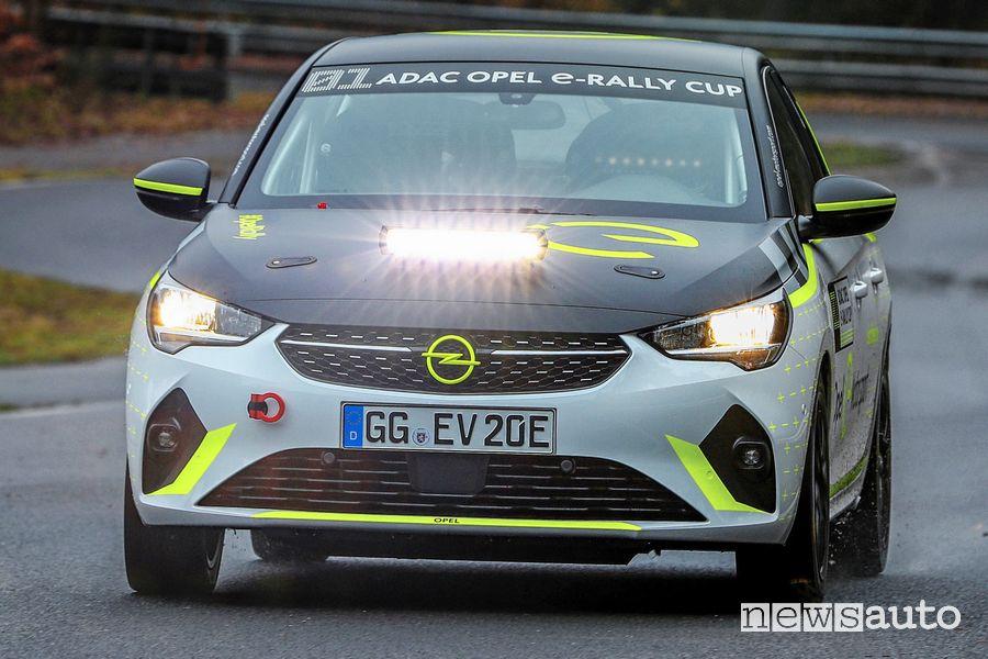 Vista anteriore Opel Corsa-e Rallye nei test