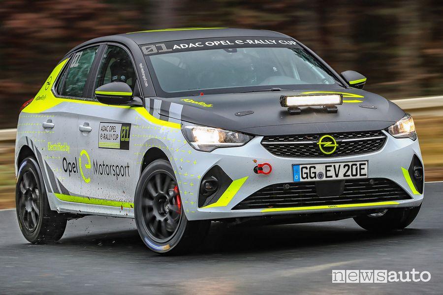 Vista di profilo Opel Corsa-e Rallye nei test
