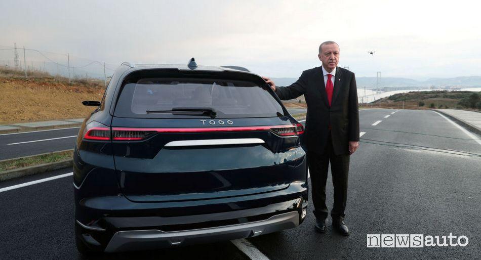 Recep Tayyip Erdoğan posa affianco al SUV elettrico TOGG
