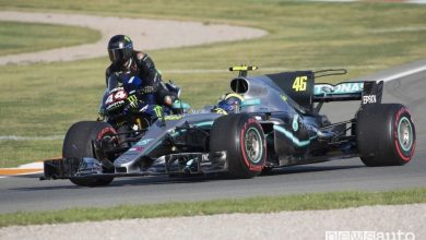 Photo of Valentino Rossi e Lewis Hamilton, scambio fra n.1 a Valencia [foto e video]